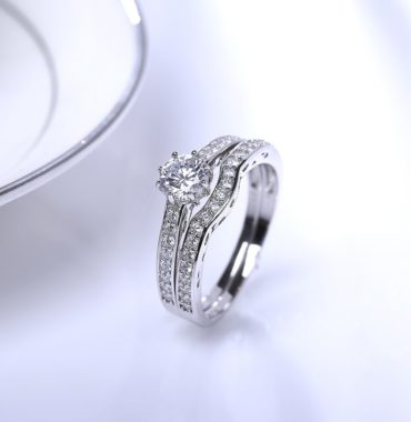 Luxurious silver 925 ring inlaid with white zircon bezel and side white special crystals
