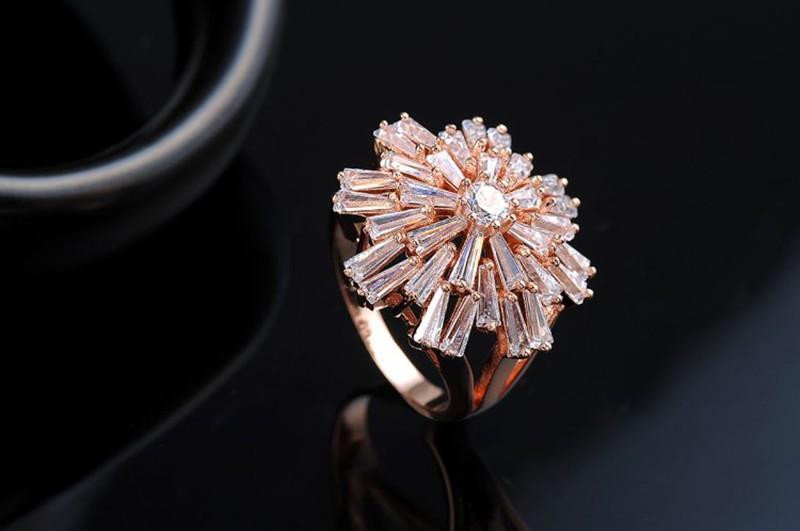 The rose copper ring plated with three layers of gold 18K, inlaid with big white zircons