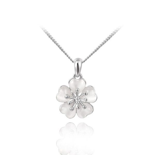 A luxurious flower necklace, three times gold plated and inlaid with pearls