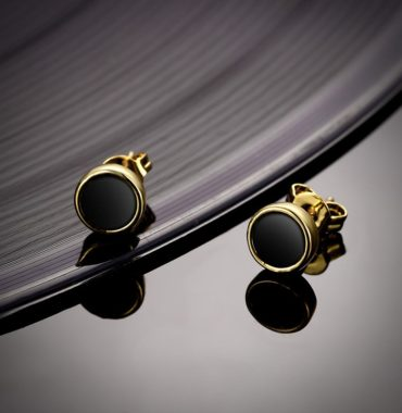 Special earring plated with gold and inlaid with black opal